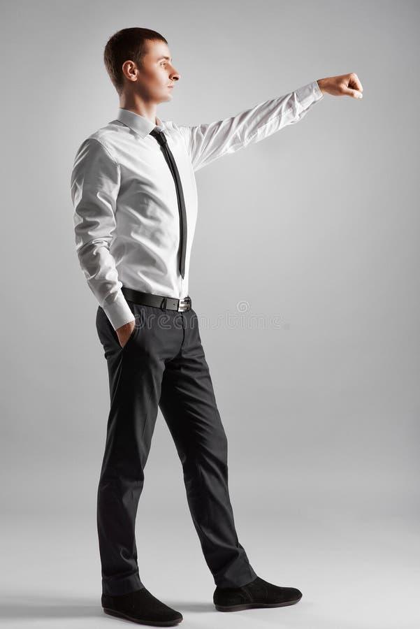 Affärsmannen når ut för att skaka händer royaltyfri bild