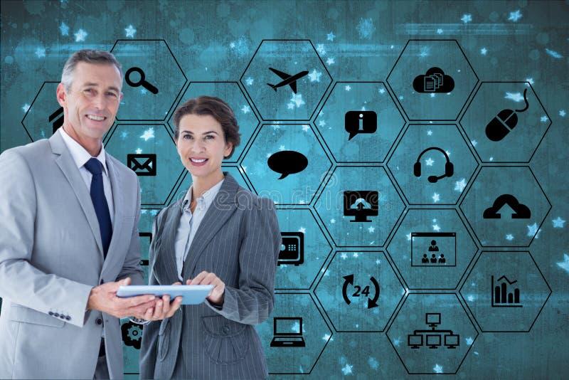 Affärsmannen och affärskvinnan rymmer en minnestavladator mot bakgrund för digital manöverenhet royaltyfri fotografi