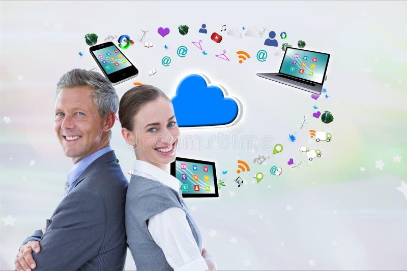 Affärsmannen och affärskvinnan, tillbaka att dra tillbaka, ler mot digital symbolsbakgrund arkivfoto