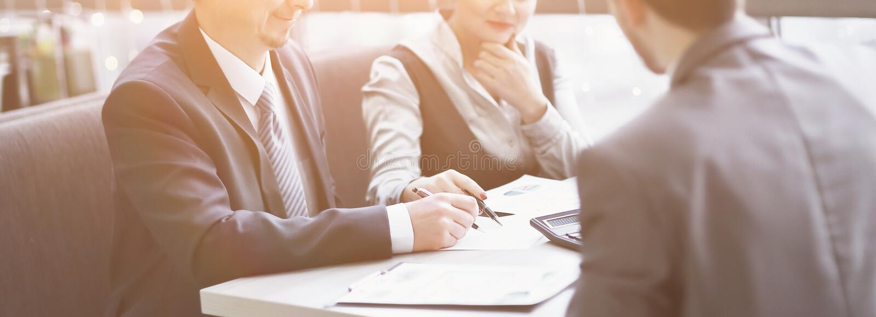 Affärsmannen och affärslaget beräknar finansiell vinst arkivbild