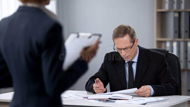 Affärsmannen oroade om arbete av företagsrevisorn, låg inkomst, dåliga resultat royaltyfri fotografi