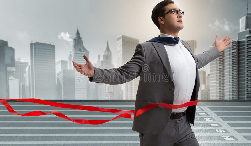 Affärsmannen på den fulländande linjen i konkurrensbegrepp arkivfoton