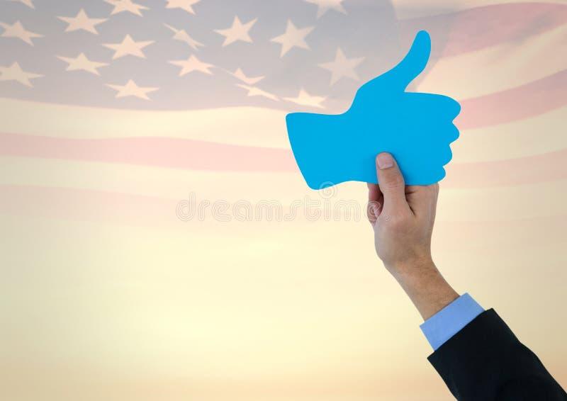 Affärsmannen räcker att rymma en tumme upp againtsamerikanska flaggan royaltyfri fotografi