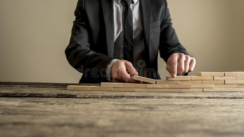 Affärsmannen räcker byggnadsväggen eller trappuppgångbegrepp arkivbild