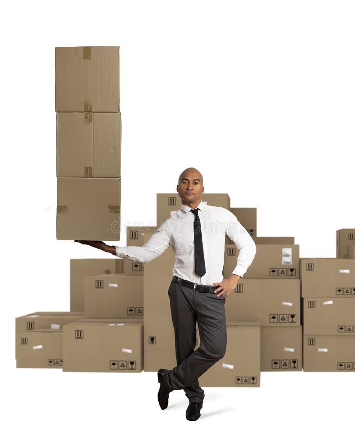 Affärsmannen rymmer en hög av packar i en hand begreppsleveransen fast arkivfoton