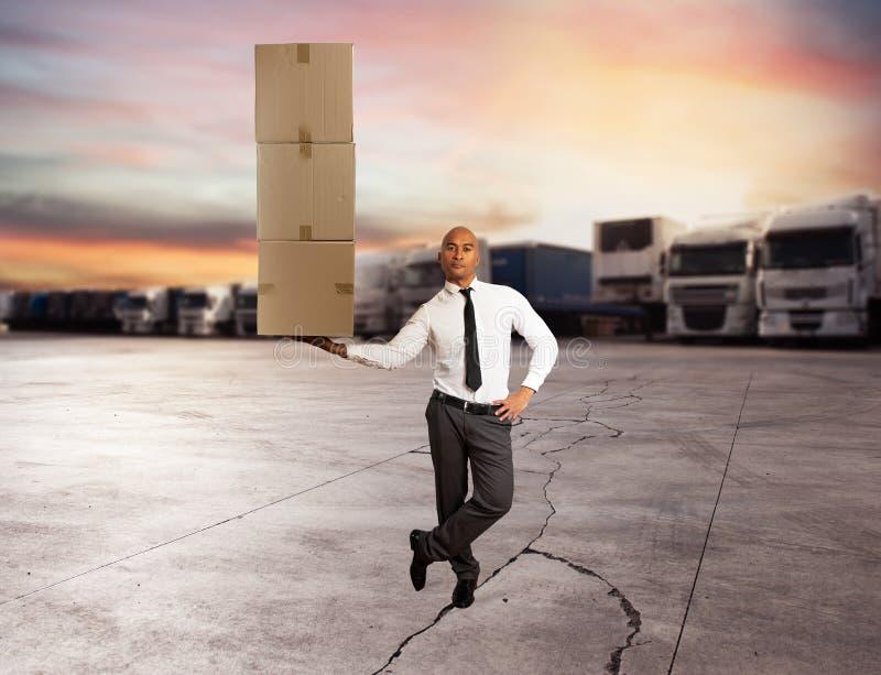 Affärsmannen rymmer en hög av packar i en hand begreppsleveransen fast arkivbild