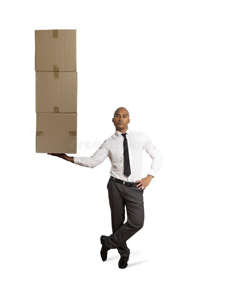 Affärsmannen rymmer en hög av packar i en hand begreppsleveransen fast royaltyfria bilder