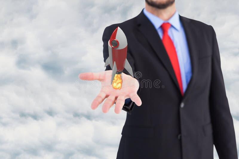 Affärsmannen rymmer en raket som tar av från hans hand mot himmelbakgrund arkivbild