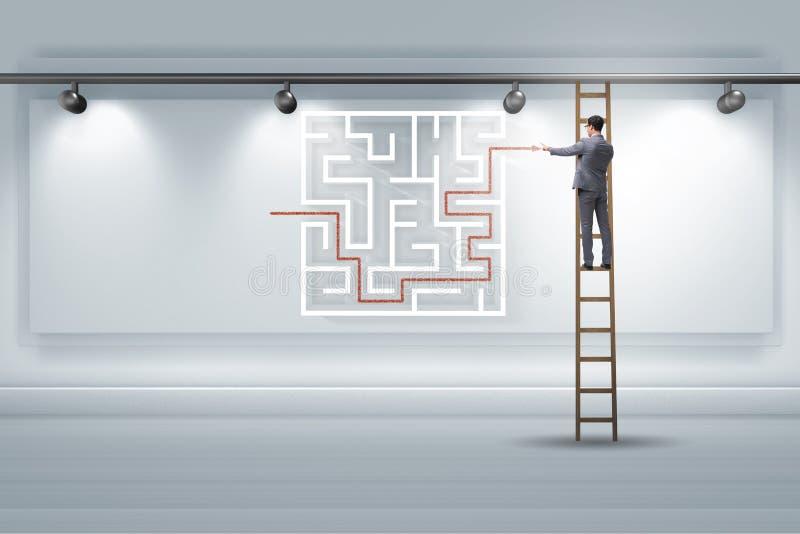Affärsmannen söker efter vägar att fly från labyrintlabyrint arkivfoto