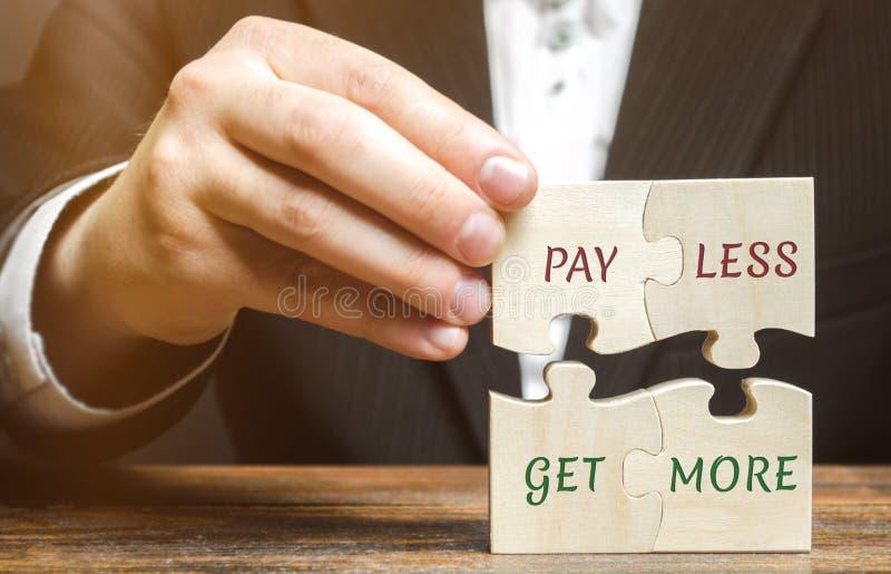 Affärsmannen samlar träpussel med ord betalar mindre för att få mer Erbjudanderabatter Besparingar, när köpa stor försäljning Beg royaltyfria bilder