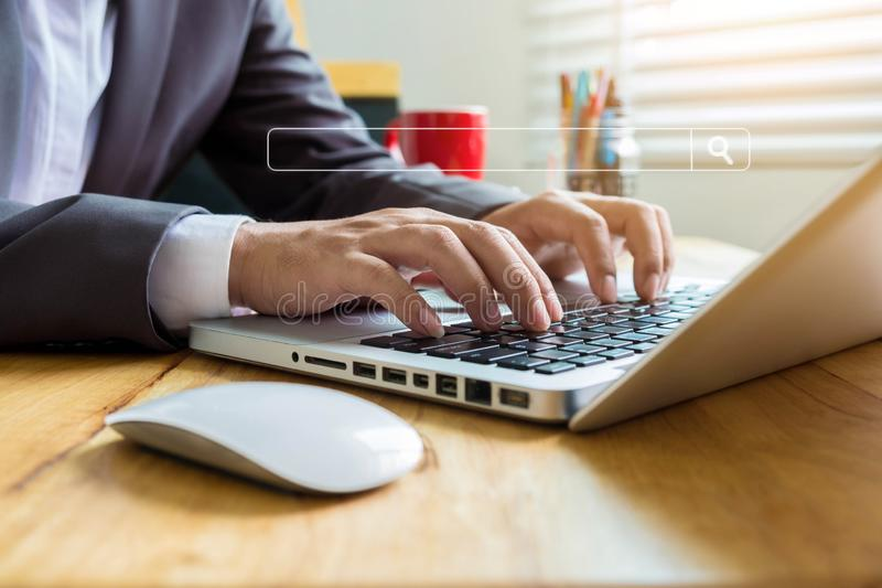 Affärsmannen sitter sökande för information royaltyfri fotografi