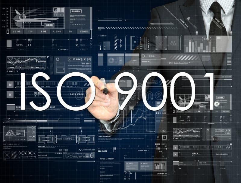 affärsmannen skriver ISO 9001 på den genomskinliga brädeintelligensen royaltyfri fotografi