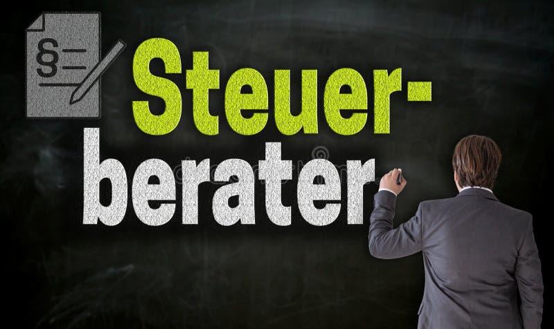 Affärsmannen skriver med krita Stuerberater i tysk skattkonsulent på svart tavla fotografering för bildbyråer