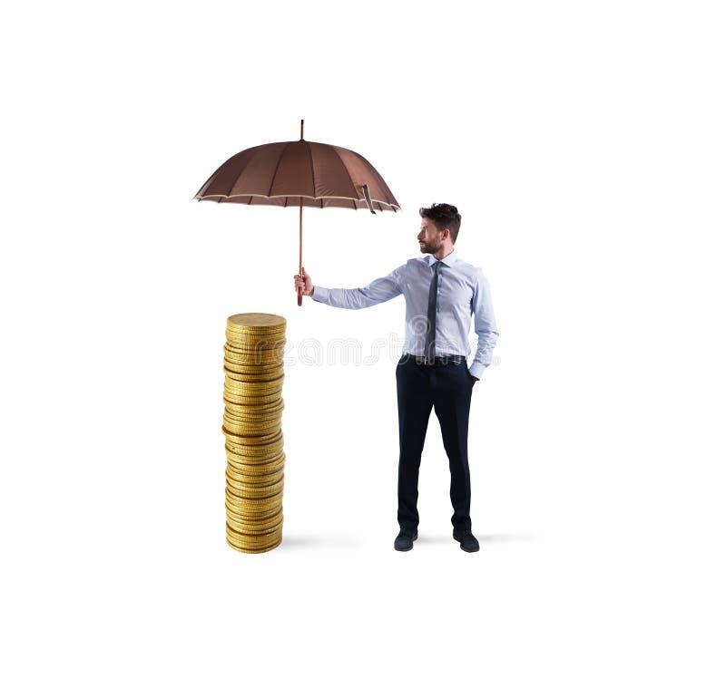 Affärsmannen skyddar hans pengarbesparingar med paraplyet begrepp av försäkring- och pengarskydd royaltyfria bilder