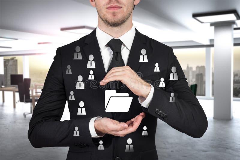 Affärsmannen skyddar mappdatasymbol med hans handmalware royaltyfri foto