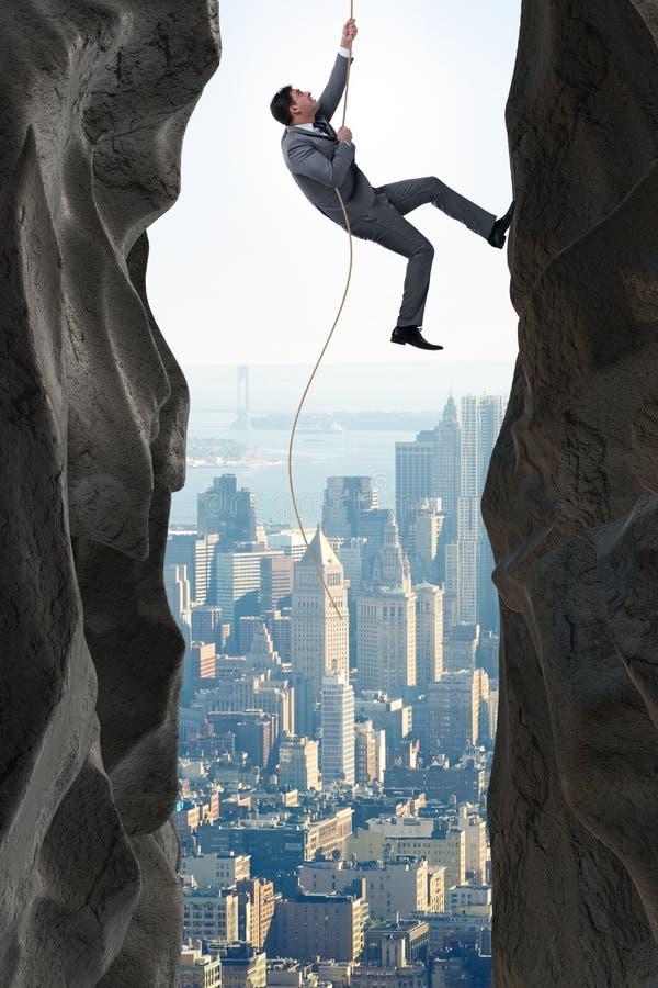 Affärsmannen som övervinner utmaningar i affärsidé arkivfoto