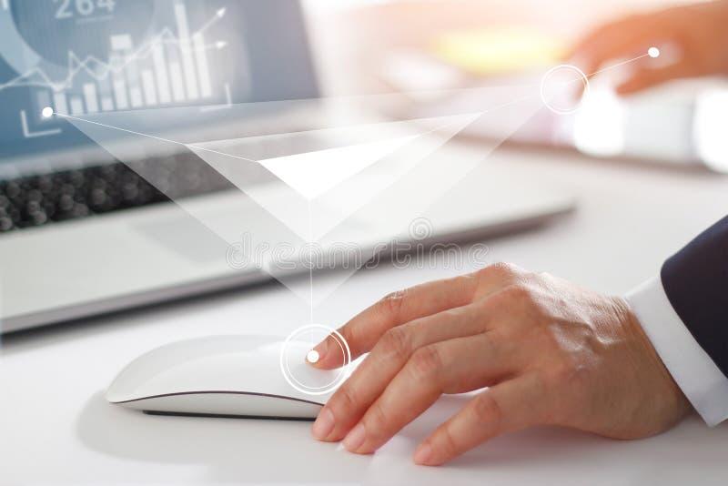 Affärsmannen som arbetar med bärbar datordatoren, minnestavla och, ilar telefonen royaltyfri fotografi