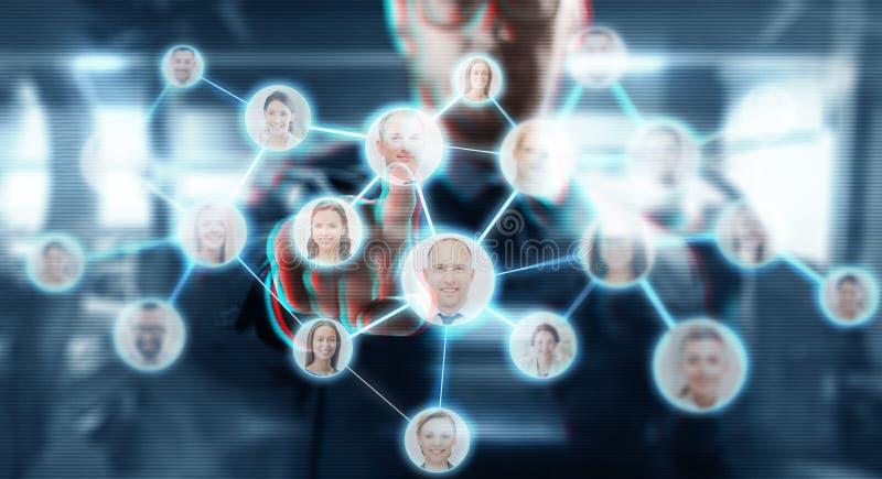 Affärsmannen som arbetar med nätverket, kontaktar symboler royaltyfri foto