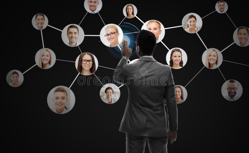 Affärsmannen som arbetar med nätverket, kontaktar symboler arkivbilder