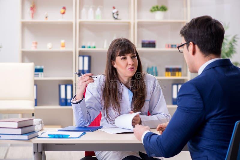 Affärsmannen som diskuterar vård- frågor med doktorn fotografering för bildbyråer