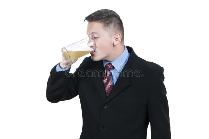Affärsmannen som dricker öl från, rånar royaltyfria bilder
