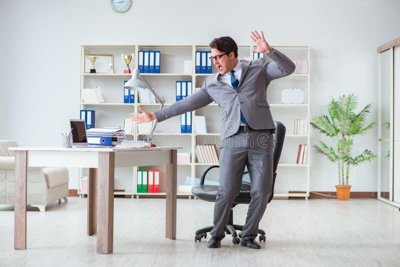 Affärsmannen som har gyckel som tar ett avbrott i kontoret på arbete royaltyfri foto