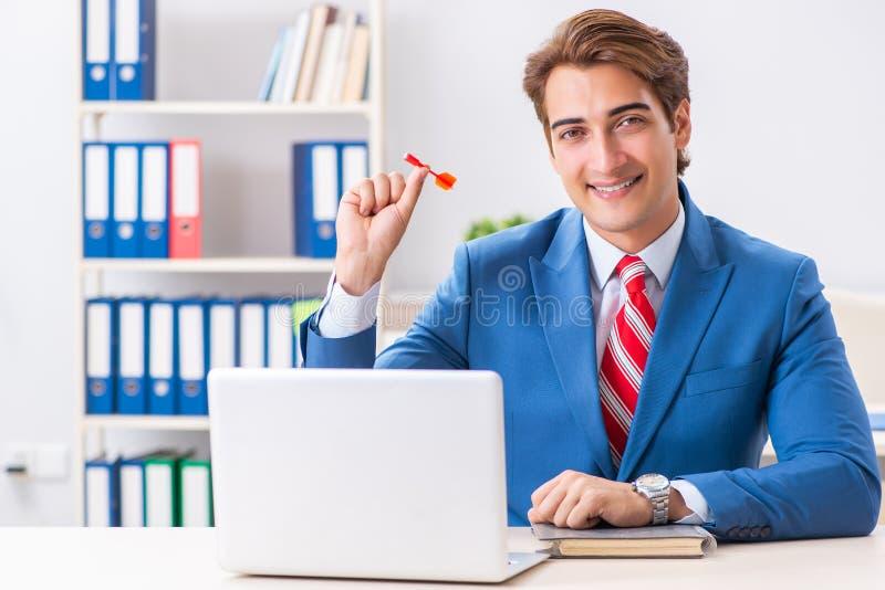 Affärsmannen som kastar pilen i affärsidé arkivbilder