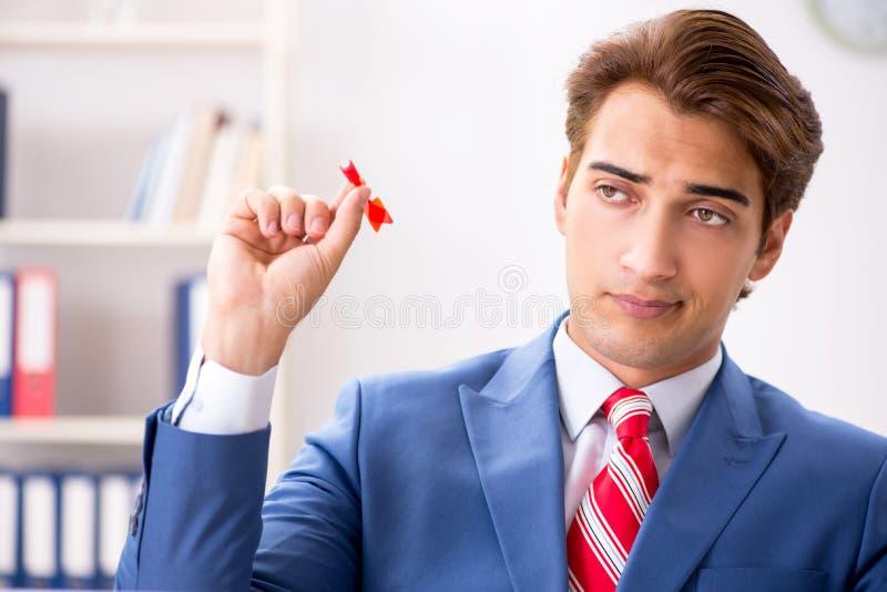 Affärsmannen som kastar pilen i affärsidé royaltyfria bilder