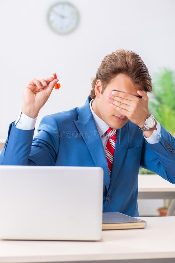 Affärsmannen som kastar pilen i affärsidé fotografering för bildbyråer