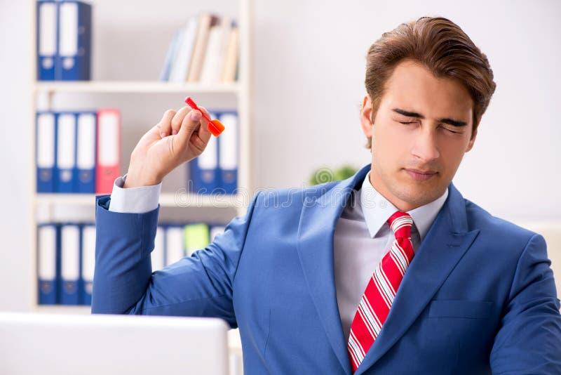Affärsmannen som kastar pilen i affärsidé arkivfoton