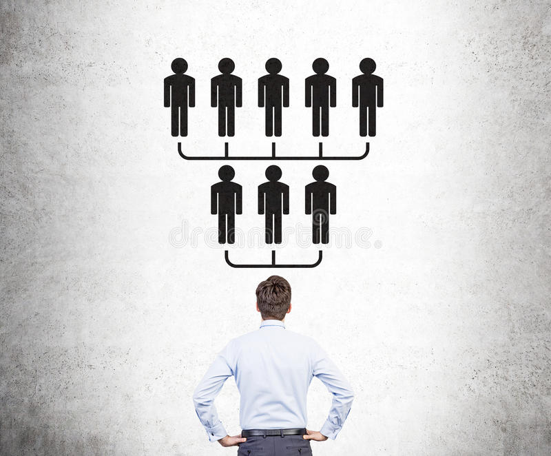 Affärsmannen som ser hierarki, skissar royaltyfri foto