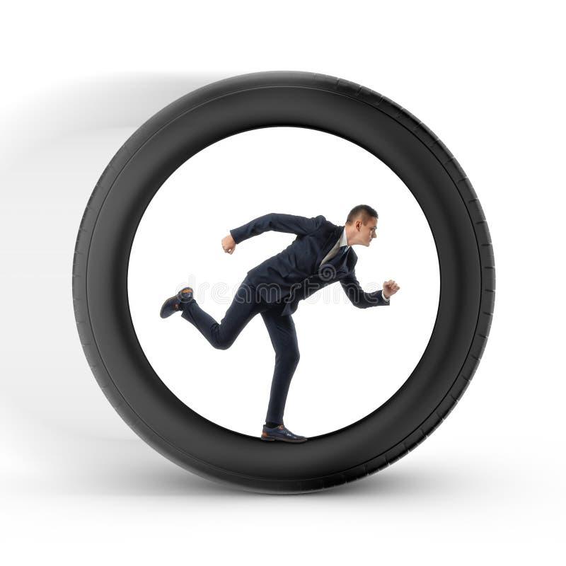 Affärsmannen som ska trycks på för tid, kör i mitten av ett stort hjul arkivfoto