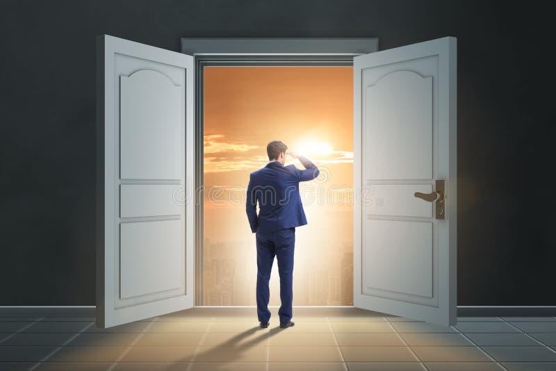 Affärsmannen som skriver in den stora stora dörren royaltyfri illustrationer