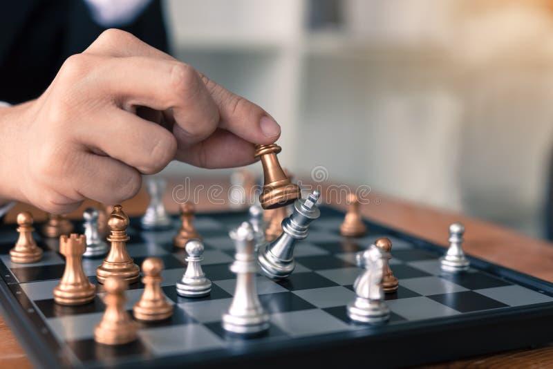 Affärsmannen som spelar schackleken, slår motståndaren med strategibegrepp arkivfoto