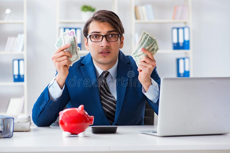 Affärsmannen som tänker om hans besparingar under kris royaltyfria bilder