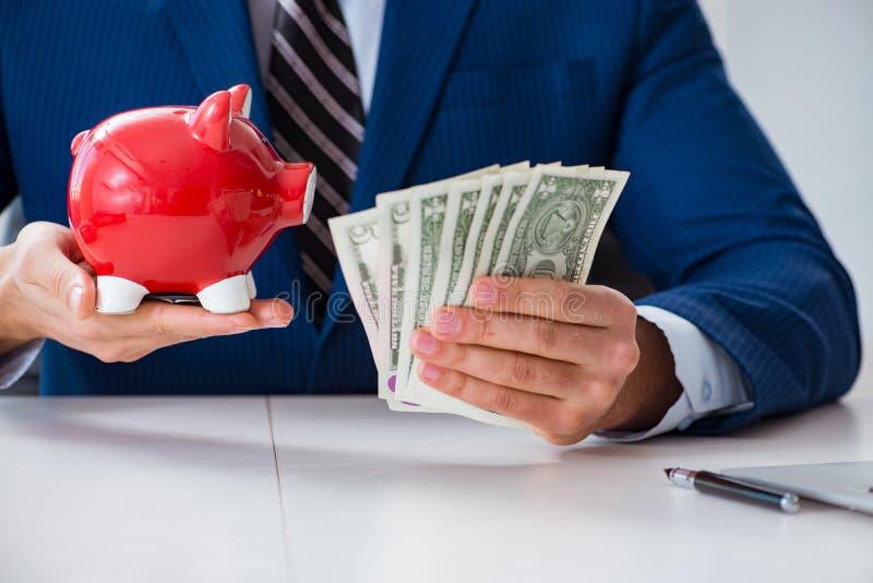 Affärsmannen som tänker om hans besparingar under kris arkivbild