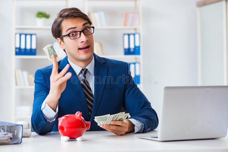 Affärsmannen som tänker om hans besparingar under kris royaltyfria foton