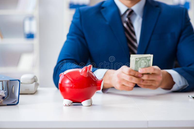 Affärsmannen som tänker om hans besparingar under kris arkivfoto