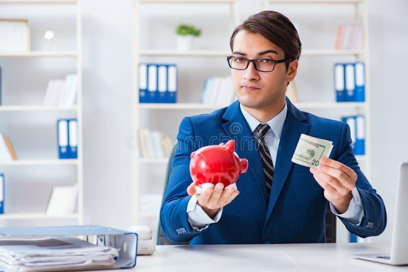 Affärsmannen som tänker om hans besparingar under kris royaltyfri bild