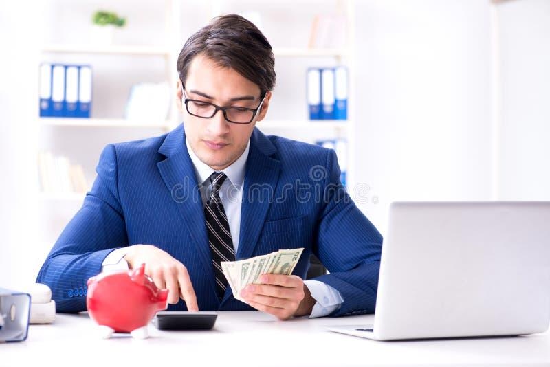 Affärsmannen som tänker om hans besparingar under kris royaltyfri foto