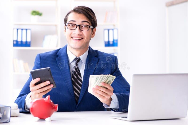 Affärsmannen som tänker om hans besparingar under kris arkivbilder