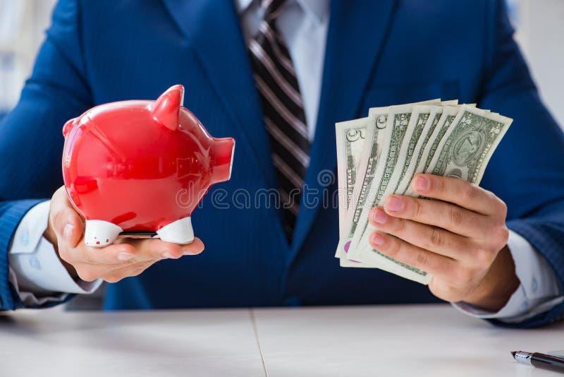 Affärsmannen som tänker om hans besparingar under kris arkivfoton