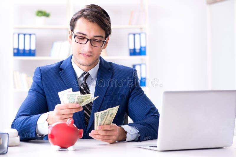 Affärsmannen som tänker om hans besparingar under kris royaltyfri fotografi