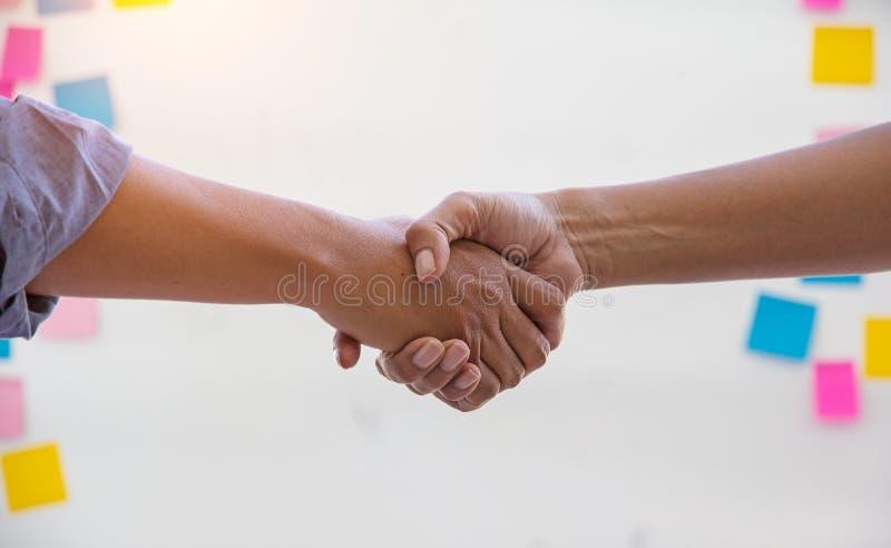 Affärsmannen som tillsammans skakar handen, handskakning av affärsfolk fotografering för bildbyråer