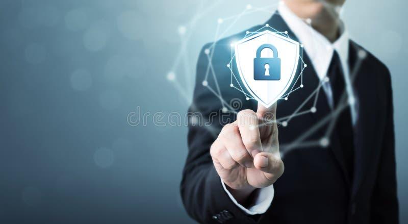 Affärsmannen som trycker på skölden, skyddar symbolen, begreppscybersäkerhet arkivfoton