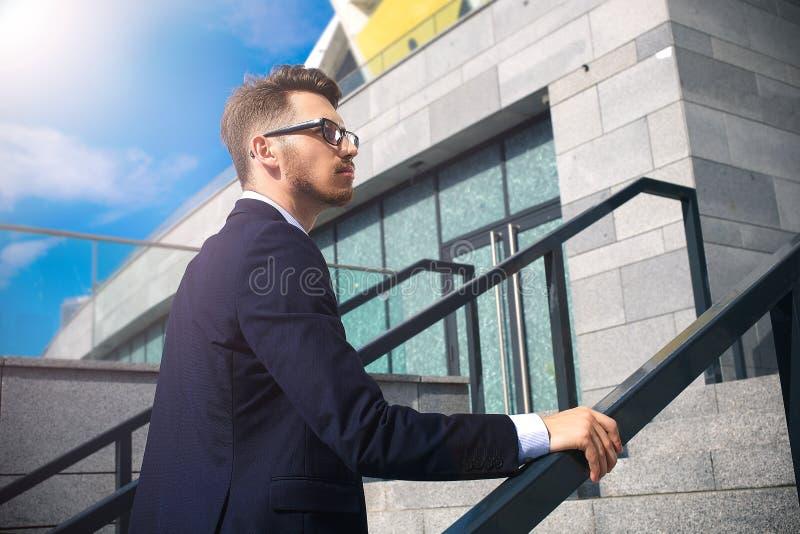 Affärsmannen som uppför trappan går i ett kontor, parkerar royaltyfri bild