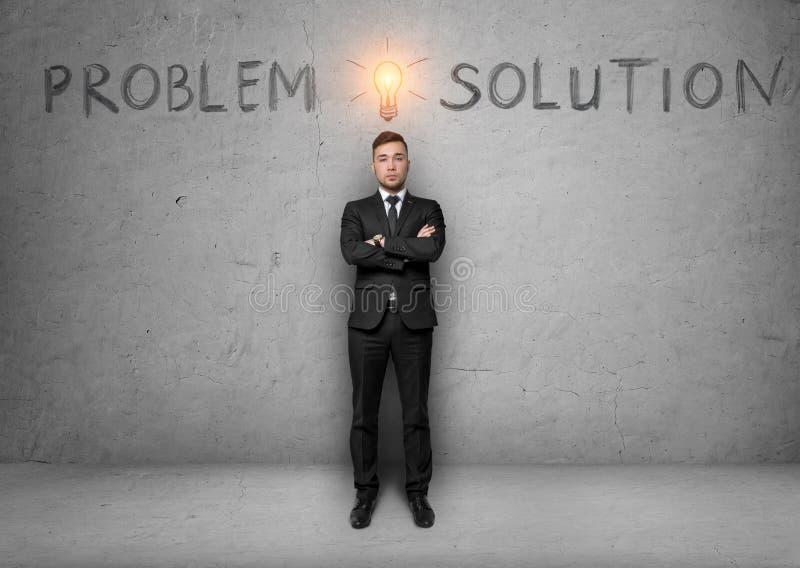 Affärsmannen står med skissar av kula över hans huvud och uttrycker problemet, lösning royaltyfri bild