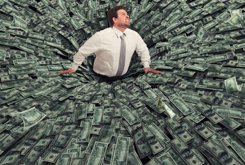 Affärsmannen svalde vid ett svart hål av pengar Begrepp av fel och den ekonomiska krisen royaltyfria bilder