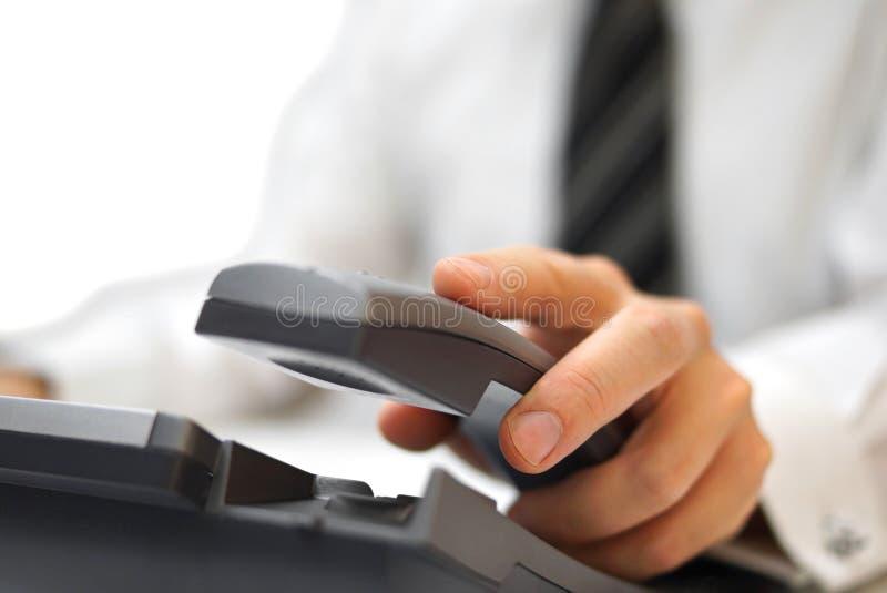 Affärsmannen svarar telefonen royaltyfri foto