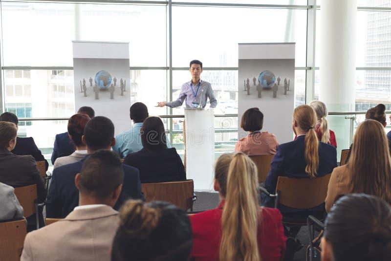Affärsmannen talar gruppen på ett affärsseminarium arkivbild